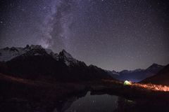 Opinión del lago night cerca del río de Churchkhur imagenes de archivo
