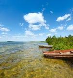 Opinión del lago summer con los barcos de madera. Fotos de archivo libres de regalías