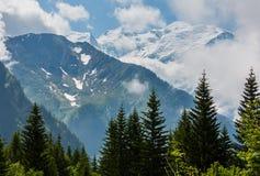 Opinión del macizo de la montaña de Mont Blanc de las cercanías de Plaine Joux imagenes de archivo