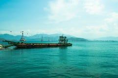 Opinión del mar con el buque de carga viejo Fotografía de archivo