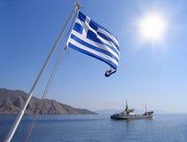 Opinión del mar con el indicador griego Fotografía de archivo