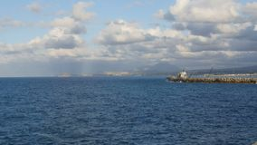 Opinión del mar con lapsos de tiempo de las nubes metrajes