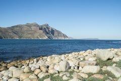 Opinión del mar con las rocas y la montaña en Ciudad del Cabo fotos de archivo libres de regalías