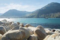 Opinión del mar con las rocas y la montaña en Ciudad del Cabo foto de archivo