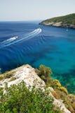Opinión del mar con los barcos que apresuran Imágenes de archivo libres de regalías