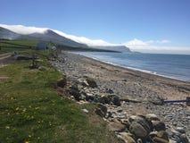 Opinión del mar de Irlanda de la playa de Dina Dinlle cerca de Carnarfon imagenes de archivo