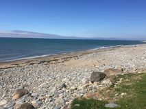 Opinión del mar de Irlanda de la playa de Dinlle del Dinas cerca de Carnarfon imágenes de archivo libres de regalías