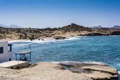 Opinión del mar de la isla de los Milos con las rocas y las ondas Imagen de archivo
