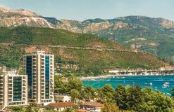 Opinión del mar de la montaña Fragmento del terraplén del golfo del mar adriático en Budva, Montenegro, donde la mayoría del popu Imagenes de archivo
