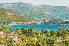 Opinión del mar de la montaña Fragmento del terraplén del golfo del mar adriático en Budva, Montenegro, donde la mayoría del popu Imagen de archivo libre de regalías