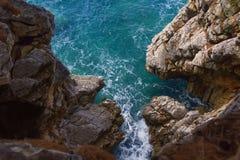 Opinión del mar de un acantilado escarpado Fotos de archivo