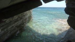 Opinión del mar de una cueva almacen de video