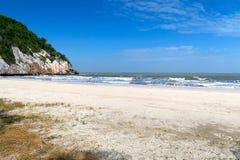 Opinión del mar de una playa blanca hermosa Imagenes de archivo
