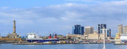 Opinión del mar del puerto de Génova con Lanterna Foto de archivo