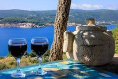 Opinión del mar del vino rojo Foto de archivo libre de regalías