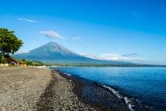 Opinión del mar del volcán foto de archivo