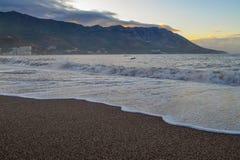 Opinión del mar El sol se levanta sobre las nubes del mar y del oro Las subidas del sol El mar calma abajo después de una torment Fotos de archivo libres de regalías