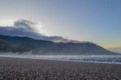 Opinión del mar El sol se levanta sobre las nubes del mar y del oro Las subidas del sol El mar calma abajo después de una torment Imagen de archivo