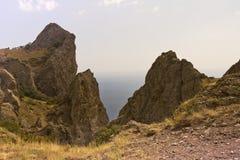 Opinión del mar entre dos acantilados del macizo Kara-dag de la montaña fotos de archivo libres de regalías