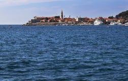 Opinión del mar a la ciudad vieja od Budva en Montenegro Foto de archivo libre de regalías