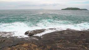 Opinión del mar, ondas en la orilla la fuerza y el poder del océano almacen de video
