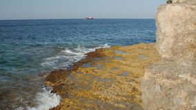 Opinión del mar Panorama del mar y del cielo Buque de carga solo en la distancia Consolidación concreta del mar almacen de metraje de vídeo