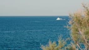 Opinión del mar Panorama del mar y del cielo Buque de carga solo en la distancia Consolidación concreta del mar metrajes