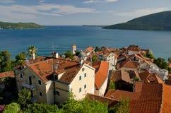 Opinión del mar sobre la bahía en Montenegro Fotografía de archivo