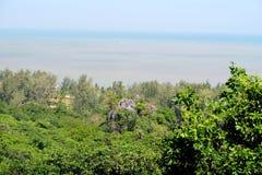 Opinión del mar sobre la selva, al sur de Tailandia Imágenes de archivo libres de regalías