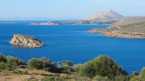 Opinión del mar del templo de Poseidon en el cabo Sounion foto de archivo