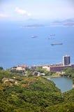 Opinión del mar y área de la residencia en la costa de Hong-Kong Imágenes de archivo libres de regalías