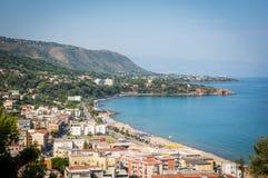 Opinión del mar y de la ciudad y de la playa de Cefalu en Sicilia Foto de archivo libre de regalías