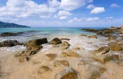 Opinión del mar y de la roca fotografía de archivo