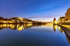 Opinión del mesón del río en Passau en Baviera con la reflexión de la 'promenade' por noche fotos de archivo