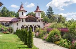 Opinión del monasterio de Crasna con sus jardines Imágenes de archivo libres de regalías