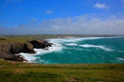 Opinión del norte de la costa costa de Cornualles de la cabeza de Trevose del sur en la dirección de Constantine Bay Fotos de archivo libres de regalías