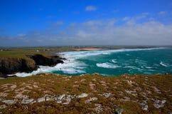 Opinión del norte de la costa de Cornualles de la cabeza de Trevose del sur en la dirección de Constantine Bay Fotos de archivo