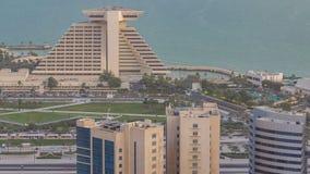 Opinión del oeste de la bahía de Doha con el timelapse de la tarde del parque del hotel, Doha, Qatar, Oriente Medio almacen de metraje de vídeo