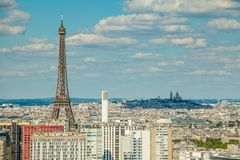 Opinión del ojo de Bird's de la torre Eiffel y de Montmartre en el fondo Imágenes de archivo libres de regalías