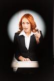 Opinión del ojo de la cerradura la mujer de negocios bonita joven Imagenes de archivo