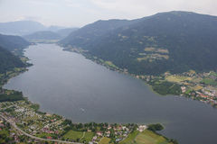 Opinión del ojo de pájaro de Ossiach del lago Carinthia del viaje de Flightseeing Fotografía de archivo libre de regalías