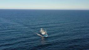 Opinión del ojo de pájaro de una navegación del barco de pesca en el Océano Atlántico almacen de metraje de vídeo