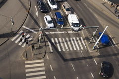 Opinión del ojo del ` s del pájaro de los coches que cruzan la intersección con la gente que camina en paso de peatones el 3 de m Fotos de archivo