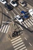 Opinión del ojo del ` s del pájaro de los coches que cruzan la intersección con la gente que camina en paso de peatones el 3 de m Foto de archivo libre de regalías
