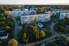 Opinión del ojo del ` s del pájaro de casas en el urbano-tipo acuerdo Nikolskiy, región de Leningrad Foto de archivo libre de regalías