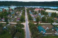 Opinión del ojo del ` s del pájaro de la calle y de tejados centrales de casas en el urbano-tipo acuerdo de región de Leningrad Imágenes de archivo libres de regalías