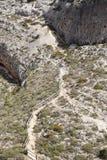 Opinión del ojo del ` s del pájaro de una trayectoria en la montaña fotos de archivo