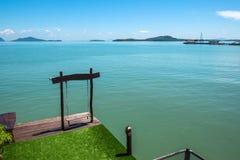 Opinión del oscilación y del mar en la ciudad vieja de Koh Lanta Foto de archivo