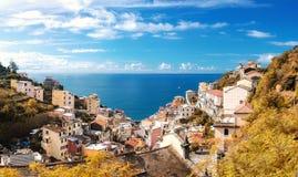 Opinión del otoño de la ciudad de Riomaggiore y del mar ligur imagen de archivo libre de regalías