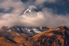 Opinión del otoño de la montaña de Kazbek en Georgia Imagen de archivo libre de regalías